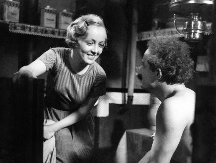 """Juliette (Dita Parlo) está entusiasmada coa idea de ver a noite parisina pero ten que superar as adversidades dunha vida algo gris en """"L'Atalante"""" (Jean Vigo, 1934)."""