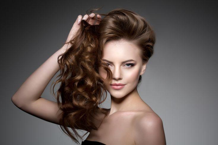Droom jij ook van dik, gezond en glanzend haar? Je bent ongetwijfeld niet alleen! Gelukkig kan je met enkele kleine dingetjes de gezondheid van je haar een ferme boost geven! 10 simpele tips voor gezonder haar! 1/ De juiste borstel Vergeet je plastieken haarborstel, deze beschadigt je haar. Kies voor een borstel met natuurlijke haren