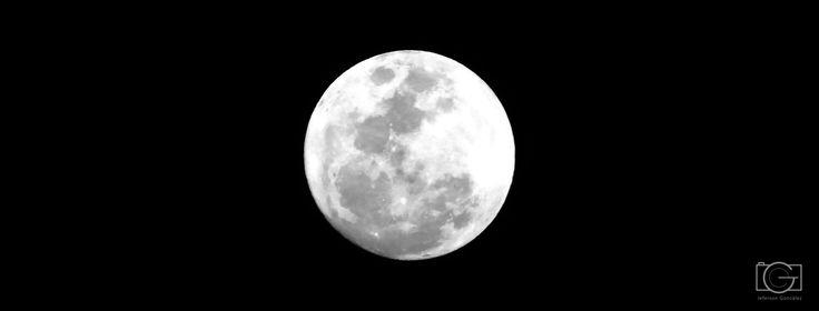 """""""Es oscura y sublime como la luna, elegante como la noche, que también ha sido mi recinto"""" #luna #moon #photography #colombia #photographer"""