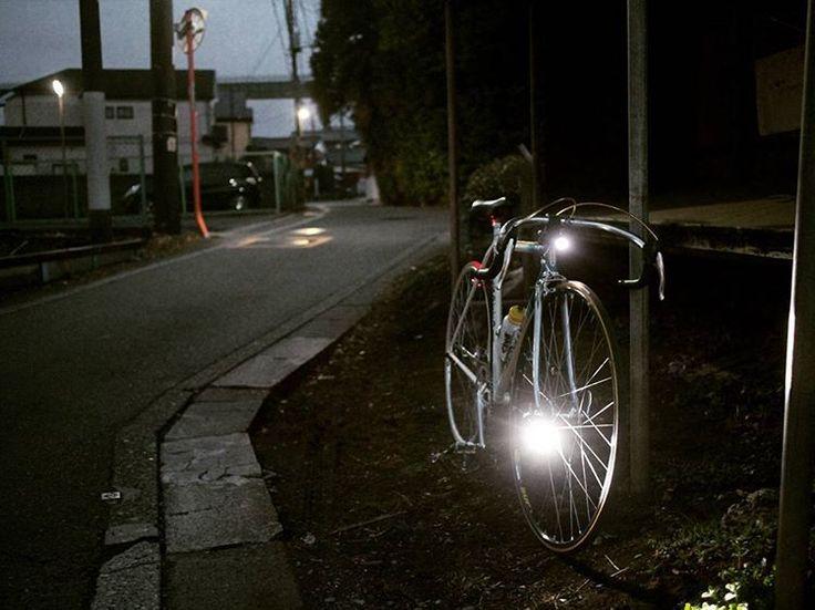 ハブのクイックシャフトに共締めして1本。ハンドルバーに1本。  予備のバッテリーを持つよりもライトを2つ装備しておいた方がなにかと使い勝手がよい。  ライトの光量があるので普段は1本だけ点灯。市街地なら弱モードでも充分。山の中の真っ暗な隧道なら2本点灯。  バッテリーをフル充電しておけば、日帰りツーリングのライトの心配はもう要らない。  #風ヒカル #フユコダチ #streetphotography #スナップ #写イクリング #お写んぽ #玉ボケ#bokeh #サイクリング #cycling #自転車 #bicycle #ロードバイク #roadbike  #nikon #ニッコール #nikkor #ポタリング #単焦点レンズ #nexc3 #zunow #mavic #fixedbike #fixie #固定ギア #クロモリ #campagnolo #チューブラータイヤ