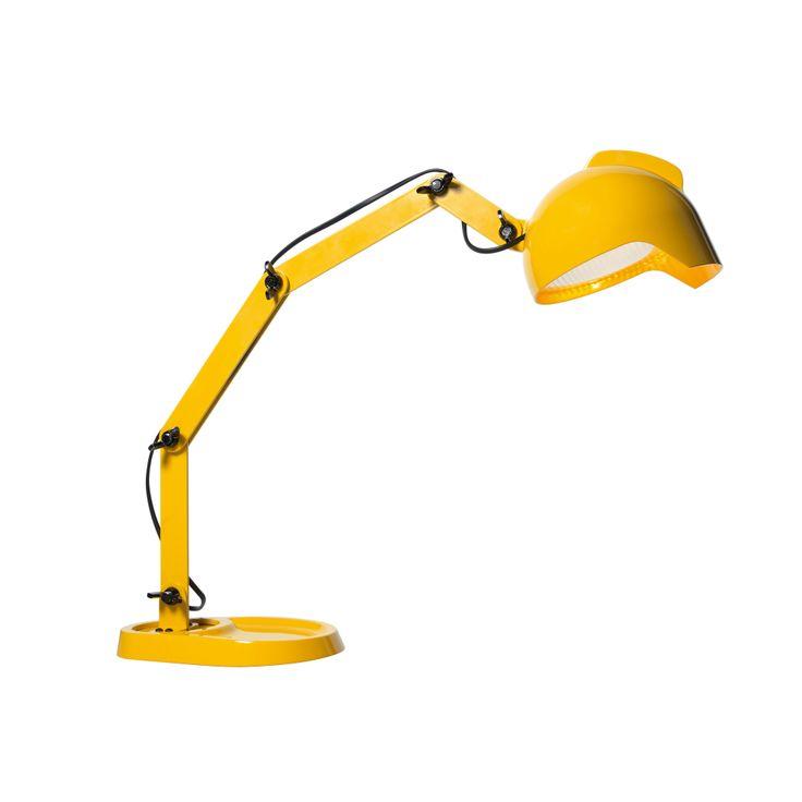 Lampe de table grand modèle de coloris jaune composée d'une structure articulée en métal verni et d'un diffuseur orientable en métal verni et verre pressé. Cette lampe de table prend de multiple...