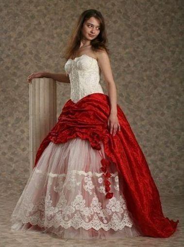 Стоит ли с белым свадебным платьем одевать красные туфли