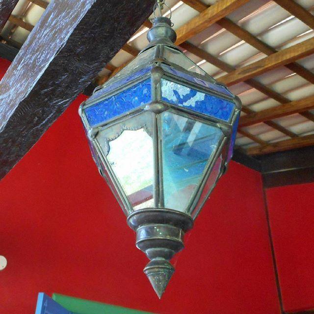 Paredes vermelhas. Lanterna azul. By Elisabete Palmeira -arquiteta.
