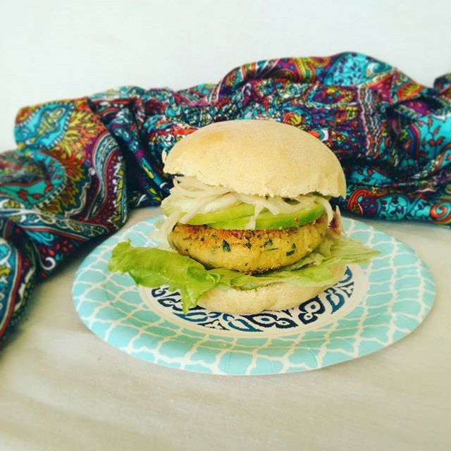 MOROCCO VEGAN puccia di grani antichi, burger di ceci e cous cous al coriandolo,  cetrioli,  cipolle in agrodolce e salsa veg allo yogurt  #vedichetimangi #reversofoodandwine #veganfoodporn #veganburger #iveganimangianosoloinsalata #veganfood  Yummery - best recipes. Follow Us! #veganfoodporn