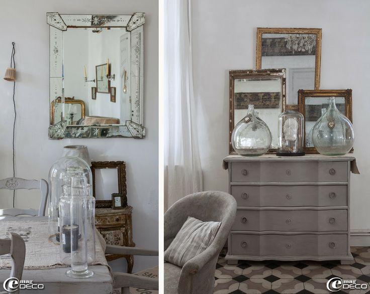 Mise en scène composée d'objets chinés : tube à essai, flacons, bougies et globe de mariée. Collection de miroirs dorés et des bonbonnes dam...