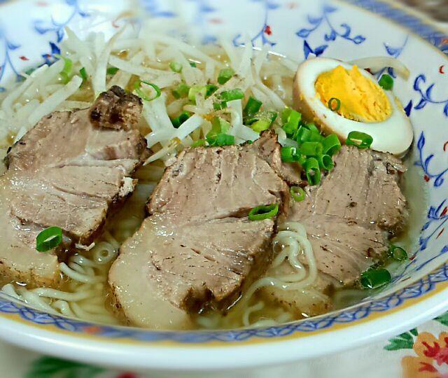 麺は、釧路細ちぢれ麺でスープは、函館風あっさり塩味。煮豚は昨夜から煮てたので、トロトロです。もやし&煮玉子いれたよ。 - 13件のもぐもぐ - 煮豚たっぷり塩ラーメン by kaorin0502