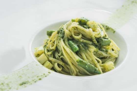 Este prato gourmand se compõe de massas, aspargos, alho, pistache e queijo. Prepare um molho de aspa... - @Thinkstock.com
