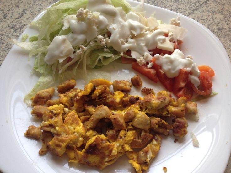 Tojásos csirke csíkok friss salátával.