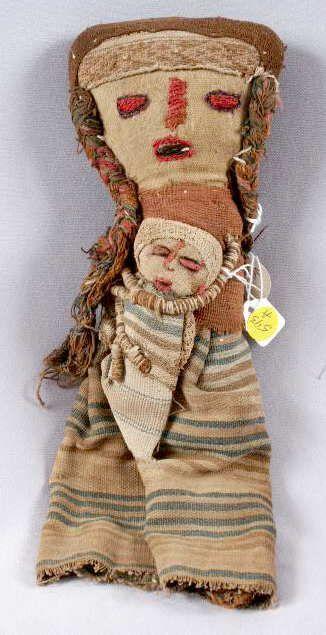 Artesanos peruanos modernos recrean muñecas Chancay (con nombres de la cultura Chancay que habitó la costa central del Perú ca del año 1000 -. 1476) en el viejo estilo con telas antiguas.