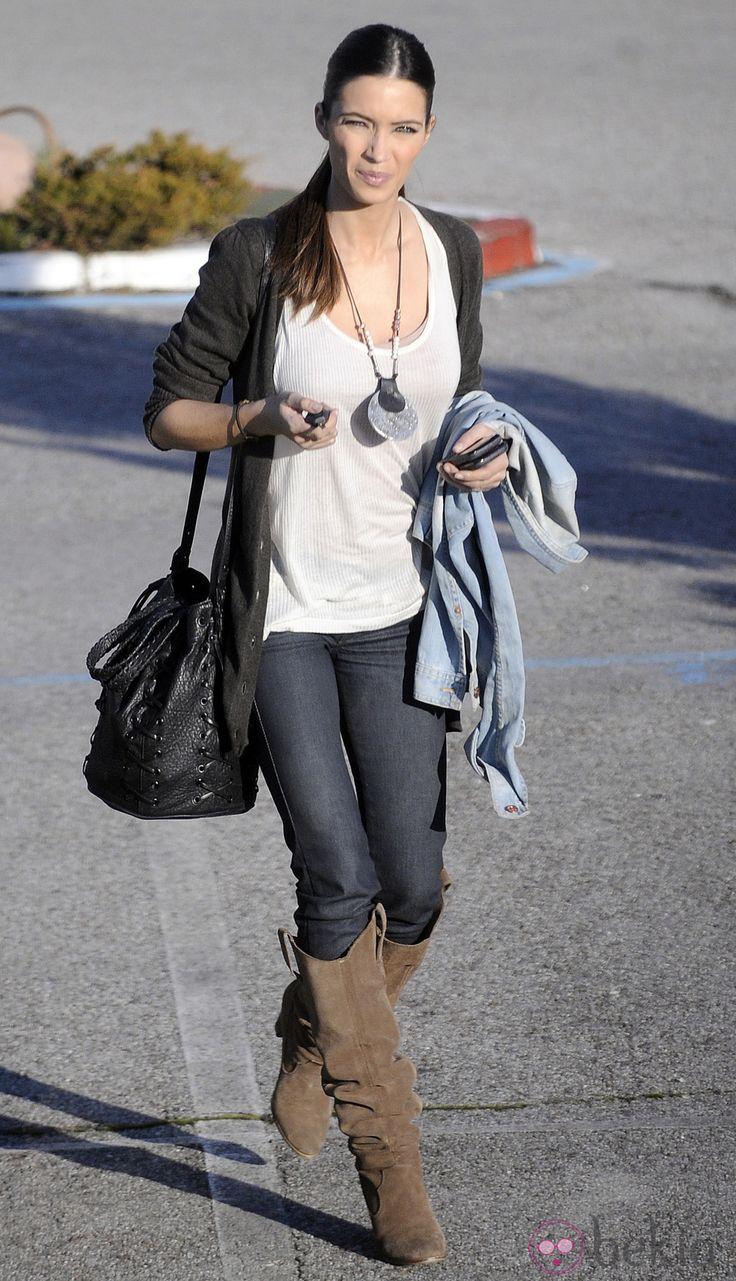 rabo de cavalo + t-shirt + cardigan + skinny jeans + botas de cano alto