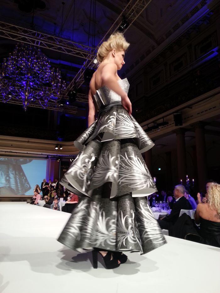 Kleid aus tapeten neue tapetenkollektion von harald gl ckler kreativ pr sentiert weiter dazu - Malerische wohnideen ...