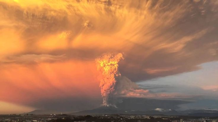BREAKING: 22 April 2015, Volcano Calbuco has just erupted in Chile for the first time in hundreds of years and people have been evacuated. explosión volcán calbuco