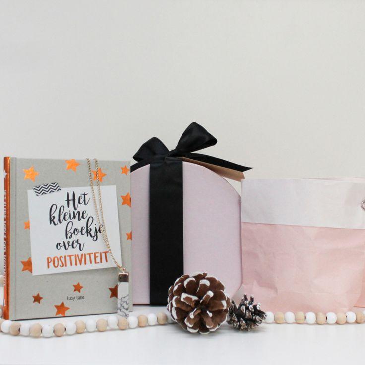 Super leuk Kerst cadeau: het kleine boekje over positiviteit, ketting met marmeren hanger & 2 mooie candle bags icl. kaarsjes. Het perfecte cadeautje voor onder de kerstboom
