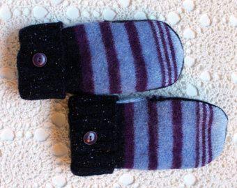 Muffole unici e accogliente, fatte da The Renegade sarta da maglioni riciclati. Lana viola e blu