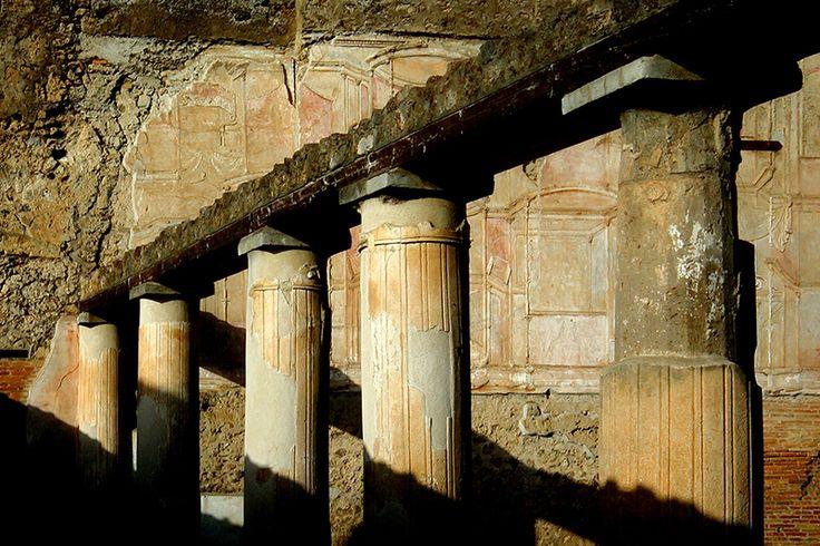 D.Signers | ¿Qué pasó en Pompeya? 33.Estilo jónico en columnas en el foro triangular. Situado al sur de la ciudad era la segunda plaza pública más grande de la ciudad. Se usaba como un espacio de reunión y espera para acceder al gran teatro que se encuentra a su costado.