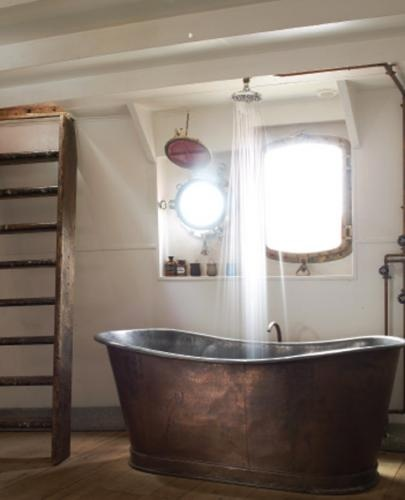 The statement French copper bath sits very well in its maritime setting.