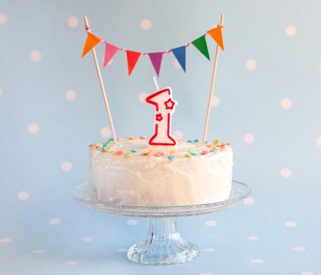 """la torta del primo compleanno (""""In realtà non è nemmeno una vera torta di compleanno, bensì una versione salutista del banana bread, con un velo di glassa a base di formaggio fresco e sciroppo d'acero."""") #birthdaycake #birthday"""