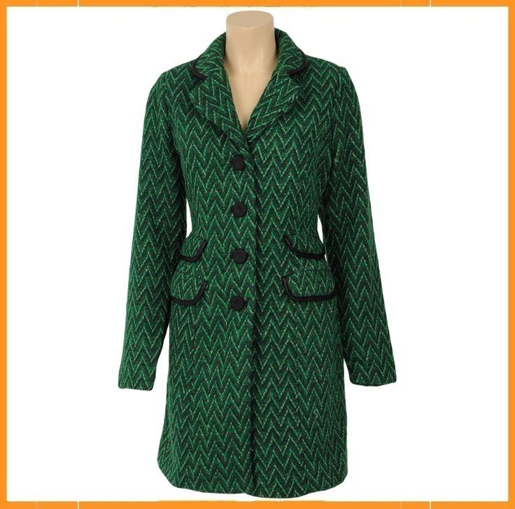 Elegantegroene jasin prachtige kleuren met knoopsluiting en opvallende dubbele klepzakjes. Uitgevoerd in een comfortabele mix van polyester en wol. Piping rondom kraag en zakken. Leuke geprinte voering aan binnenzijde.