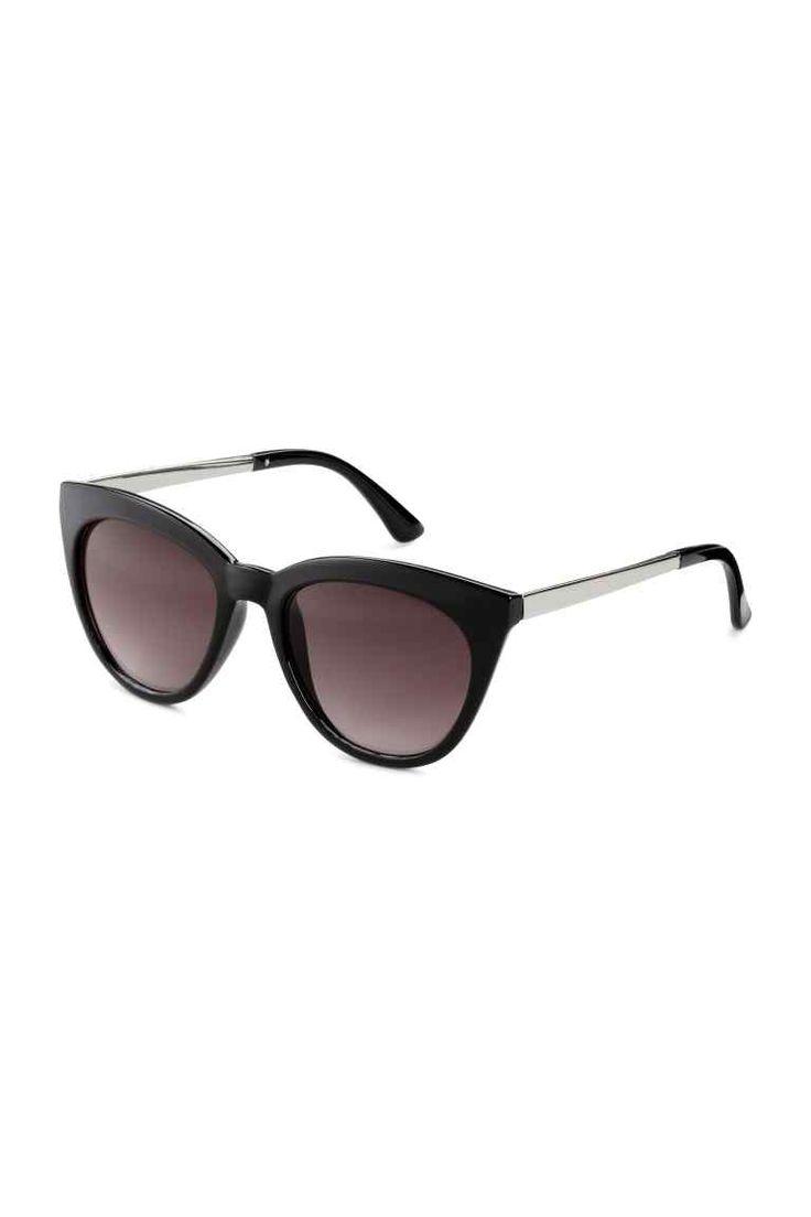 Ochelari de soare: Ochelari de soare din plastic cu rame din metal pe laterale și cu lentile frumurii. Protecție UV.