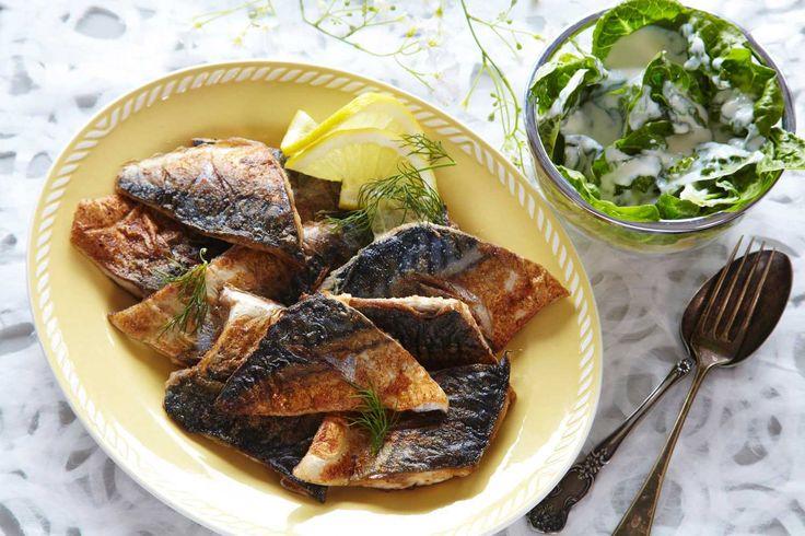Enten du fisker selv eller kjøper fisken i butikken, er stekt makrell nydelig sommermat. Oppskrift på et enkelt og smakfullt måltid. Server denne makrellretten med poteter og en god salat med hjemmelaget kefirdressing.