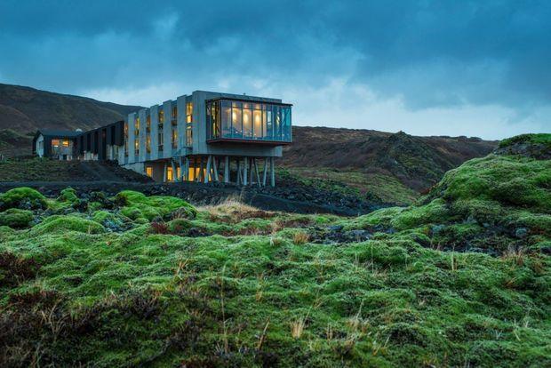 Het IJslandse Ion Hotel ligt op een unieke locatie: vlakbij de plaats waar de Noord-Amerikaanse en Euraziatische tektonische platen langzaam uit elkaar drijven.