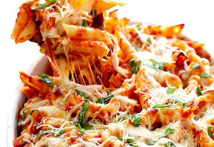 Pasta gratinada al horno con exquisita salsa de tomate, hongos y hierbas