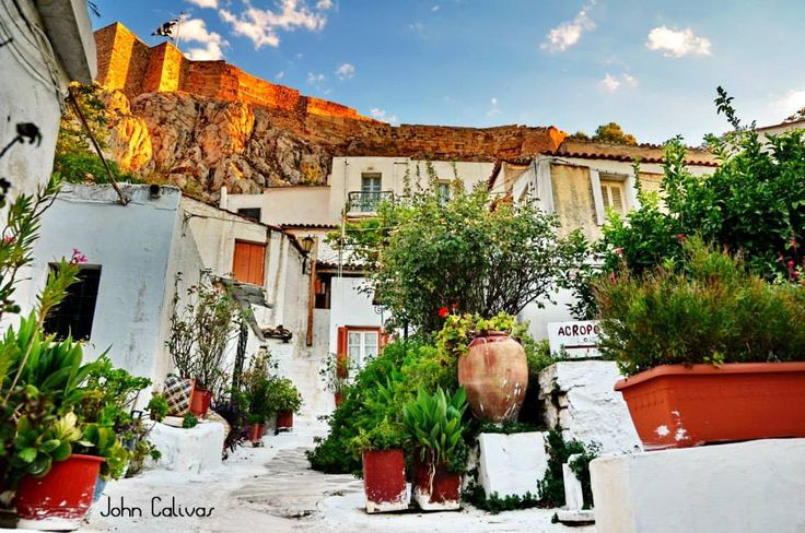 Bright-coloured bougainvilleas and cubic-like, whitewashed houses enveloped in the cavities of the sacred rock. Purring cats lazing in the narrow winding alleys… Scenes witnessed by both Greeks and foreign visitors exploring Anafiotika, one of the most picturesque Athenian suburbs, spread under the shade of the Acropolis. This time-forgotten district situated in the north-east side, adjacent to Plaka, has the unique Cyclades colour, with the crisp air of the Aegean.
