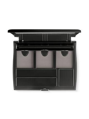 ¡El organizador de maquillaje más completo! El Estuche Compacto Profesional está diseñado para mantener perfectamente organizados tus productos de maquillaje y aplicadores. Su material ultraduradero, que te permite llevarlo contigo en el bolso sin que se deteriore, es lo suficientemente fuerte para resistir el paso del tiempo. Ábrelo, cámbialo y personalízalo para crear un maquillaje completo de principio a fin. Revolucionario diseño compacto con sistema de recambios magnético patentado…