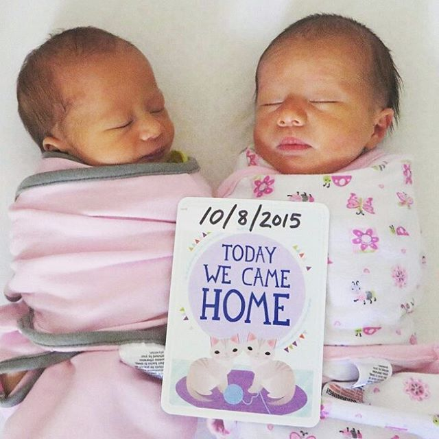 A double happy Monday with these too cuties ! Thanks @usjapanfam for the adorable photo #milestonecards #milestonetwins #twinnies