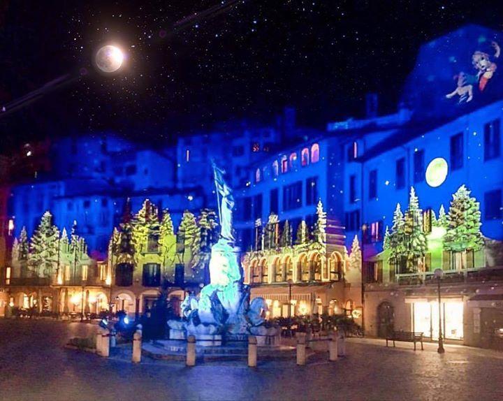 L'ormai celebre scenario del bosco incantato di piazza 13 martiri a #Lovere sarà lo scenario per una giornata magica in compagnia dei personaggi Disney. L'appuntamento è per domenica 18 dicembre non perderlo per nulla al mondo! Tutte le info su: http://ift.tt/2hIBRMx #visitlakeiseo #visitbergamo #vallecamonica #inLombardia #borghipiubelli #borghipiubelliditalia http://ift.tt/2hEGx98 - http://ift.tt/1HQJd81