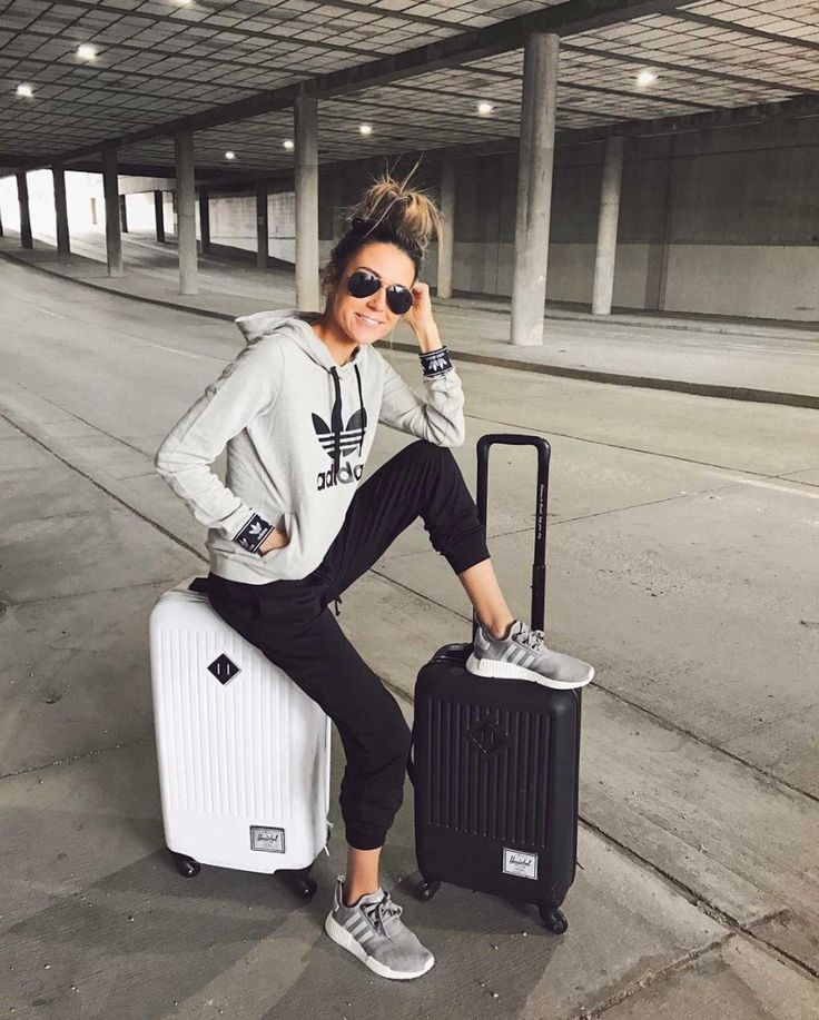 Comfy Travel Look: Adidas Sweatshirt & Black Joggers