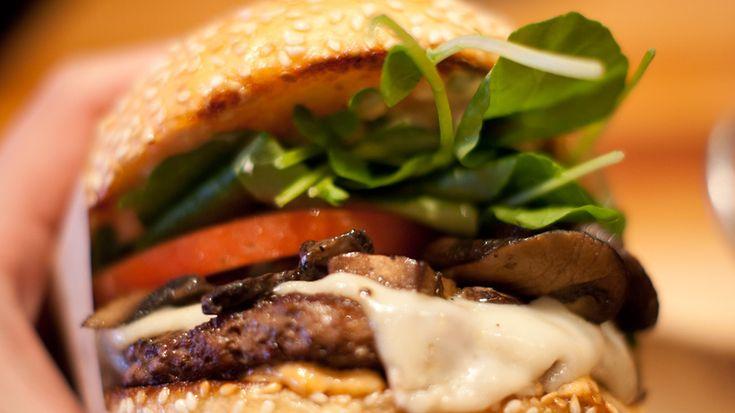Бургер с ананасом   Ананас и листья салата придадут мясному бургеру легкий и свежий вкус.   Понадобится: консервированные ананасы – 4 круглых ломтика, соус терияки – 6 столовых ложек, говяжий фарш – 500 гр., сливочное масло – 1 столовая ложка, салат романо – 4 листа, булочки с кунжутом – 4 штуки, красная луковица – 1 штука, ананасовый сок – 100 гр.   Смешать ананасовый сок с соусом терияки, замариновать в нем консервированные ананасы. Слепить из фарша 4 котлетки, полить каждую 1 столовой…