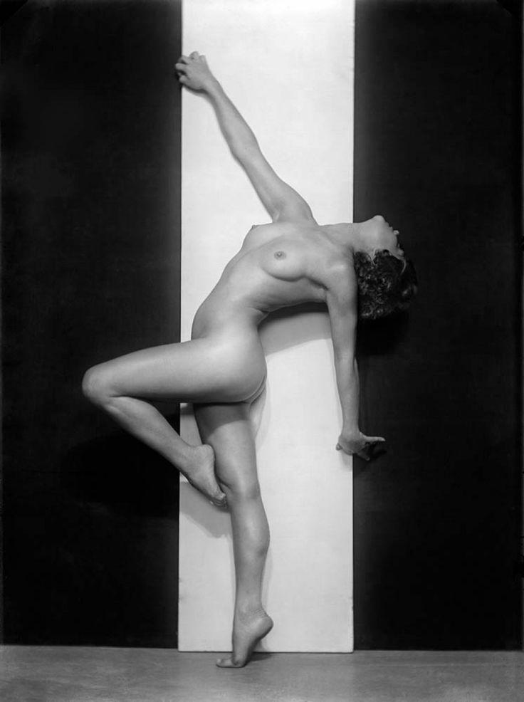 """""""ΤΑ ΓΥΜΝΑ ΤΗΣ ΔΡΑΜΑΣ"""" Τη δεκαετία του '30 ο Θεόδωρος Νικολέρης είχε βγάλει κάτι περίφημα γυμνά, στη Δράμα."""