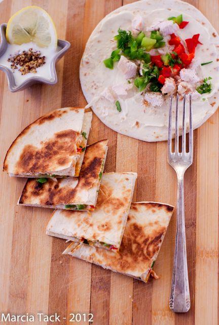 Quesadillas de poulet à la vache-qui-rit. (http://www.marciatack.fr/recette-quesadillas-au-poulet-et-vache-qui-rit/)