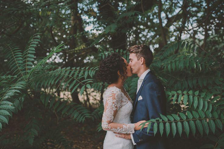 Een fotoshoot in het bos is zo mooi voor een bruidspaar! Foto: Anouk Fotografeert