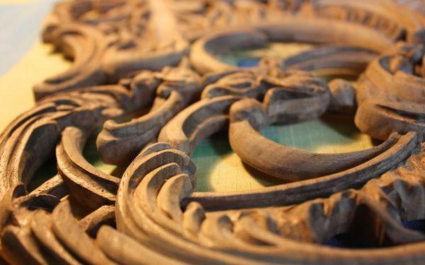 C. Bechstein Louis XV: Kostbarste Hölzer wurden ausgewählt, vorbereitet und verarbeitet. Aus massivem Nussbaum entstanden feingegliederte, reich vergoldete Schnitzereien. Für die Malereien wurden zudem spezielle Farbrezepturen gemischt und Schicht für Schicht aufgetragen.