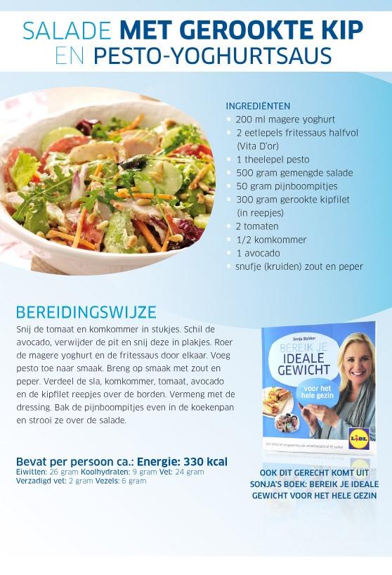 Salade met gerookte kip en pesto-yoghurtsaus