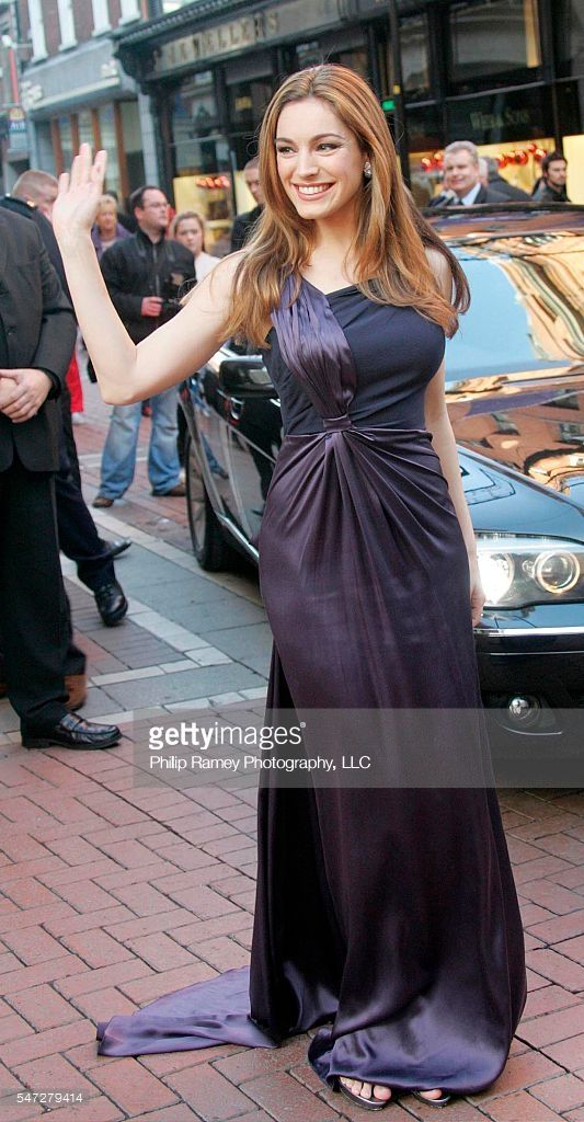 ©2008 RAMEY PHOTO /XPOSURE US ONLY! 11/14/08 - DUBLIN - IRELAND KELLY BROOK SEEN ARRIVING TO UNVEIL THE CHRISTMAS LIGHTS AROUND THE NEW LUXURIOUS FINE JEWELLERY HALL WEARING HER PURPLE PRADA DRESS AND GINA SHOES! XP/MD1