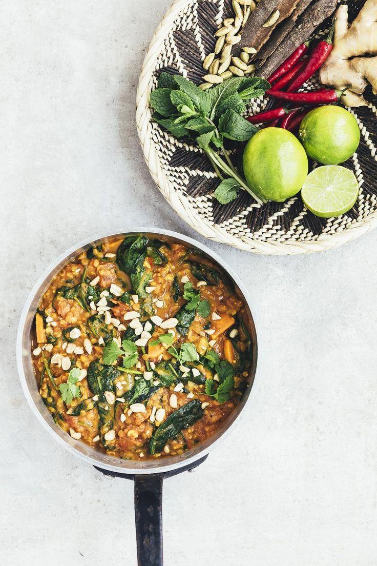 GRØN. Der er knald på både smag og farver i denne vegetariske gryderet, der giver fylde og mæthed fra røde linser og søde kartofler. - Foto: Ditte Ingemann