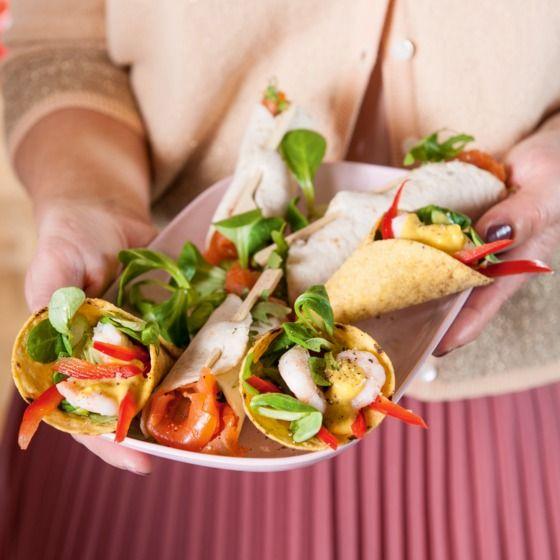 Tacohoorntjes met garnalen - Deze knapperige hoorntjes zijn een verrassend borrelhapje. #recept #Pasen #JumboSupermarkten