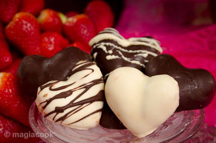 Γεμιστές φραουλοκαρδιές με επικάλυψη σοκολάτας