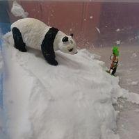 J'ai testé une recette géniale pour fabriquer de la neige artificielle! On dirait de la vraie neige, blanche avec la même texture, on peut faire des boules. La recette: -Une bombe de mousse à...