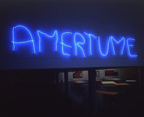 Claude Lévêque, Amertume, 2005,  néon bleu, 70 x 427 cm, Musée d'art contemporain du Val-de-Marne