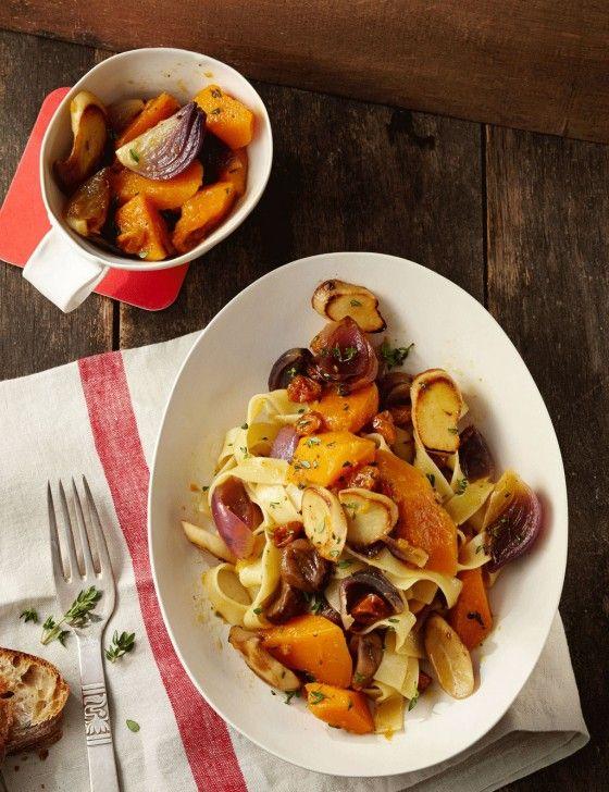 Maronen und Kräuterseitlinge erden den Butternuss, Physalis überrascht und Chili verschärft das pikante Pasta-Vergnügen.