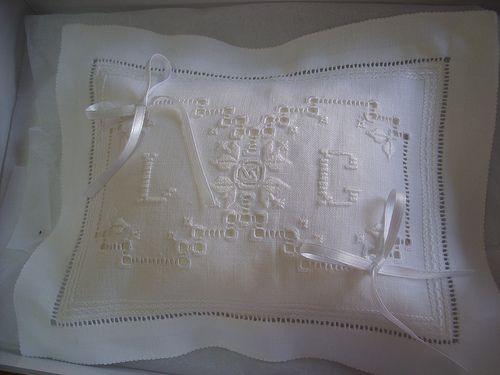 (1)Cuscinetto portafedi rettangolare. Ricamato su lino bellora 2000 bianco, con ritorto fiorentino bianco (ton sur ton). La tecnica di ricamo è quella del punto antico. Lucia De Nisco