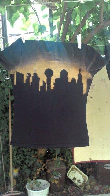 Modifica maglia nera Skyline con candeggina e stencil