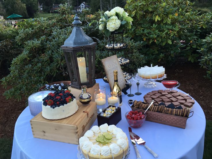 Table de dessert au mariage. Gâteau Chantilly de Whole Foods, Key Lime and Vanilla …   – Wedding