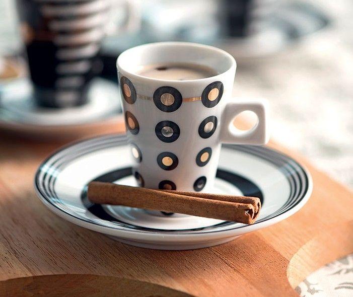 Para dar uma graça e aromatizar o cafezinho, substitua a bandeja por uma tábua de cozinha e a colherzinha por uma canela em pau