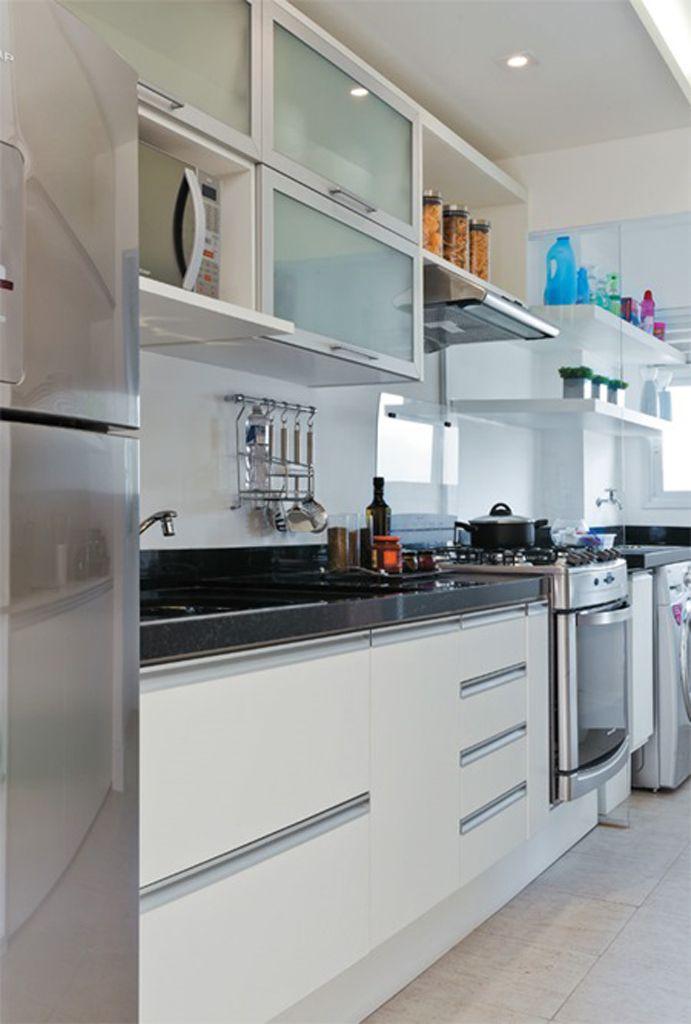 """Apesar do pouco espaço, a cozinha-corredor pode ser uma boa área de trabalho, desde que tenhamos atenção a algumas """"regras"""" básicas"""