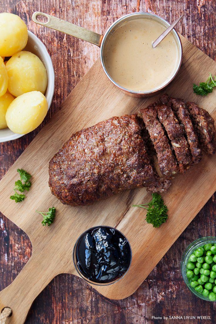 Köttfärslimpa med kokt potatis, ärter och gräddsås